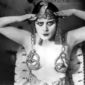 kinoschlange - 1917: Promotional portrait of American actor Theda Bara (1885 - 1955) wearing an Egyptian headdress and breast plates with a snake design for director J Gordon Edwards' film, 'Cleopatra'.